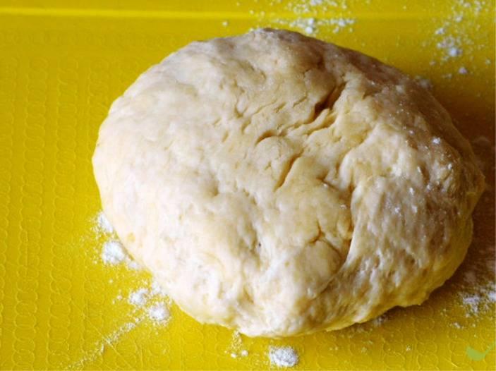Соедините смеси из кефира и муки, замесите тесто. При необходимости можно добавить еще немного муки.