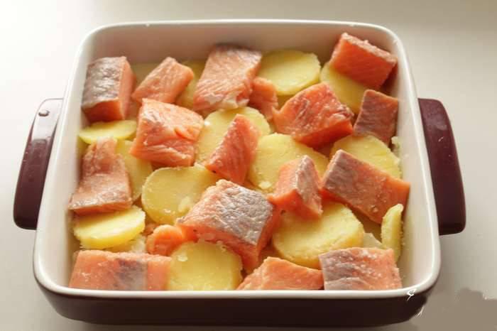 Картофель тоже отварите до полуготовности (минут 15) и порежьте кружочками, выложите в форму, поверх картошки выложите филе рыбы, порезанное кусочками.