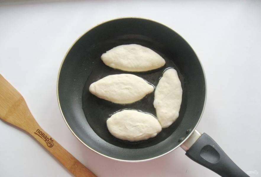 В сковороду налейте рафинированное подсолнечное масло. Хорошо его накалите и выложите пирожки.