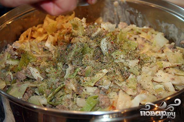 6.В капусту добавляем соус, затем добавляем туда специи. Соль и специи вы добавляете по вкусу. Тушим приблизительно минут пятнадцать. Подается горячим, можно добавить зелень.