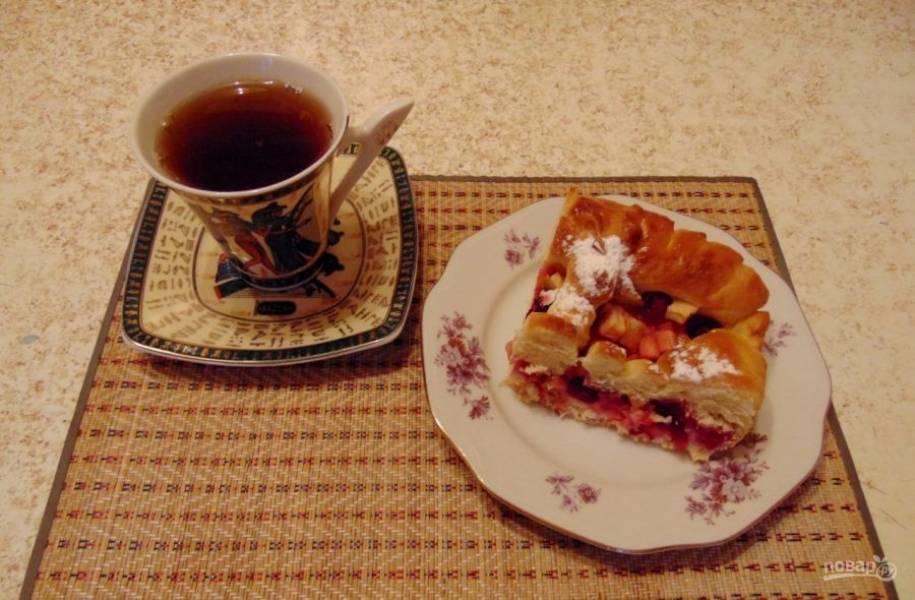 Поставьте пирог в духовку на 20 минут при 100 градусах. Потом ещё на 30 минут при 180 градусах. Оставьте выпечку настояться минут на 10. Приятного чаепития!