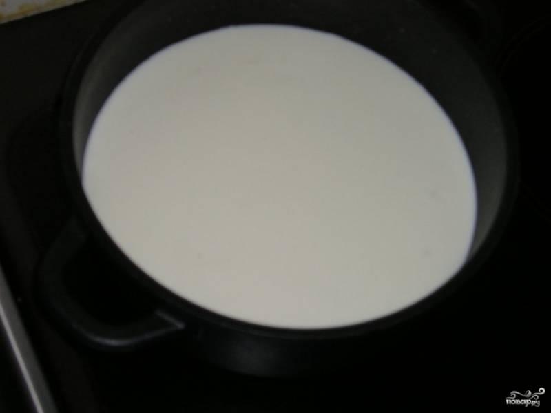 Вскипятите молоко. Разотрите желтки с двумя столовыми ложками сахара и мукой. Добавьте смесь на плиту к молоку, всыпав ванильный сахар. Мешайте венчиком и подогревайте 1 минуту. Потом остудите.