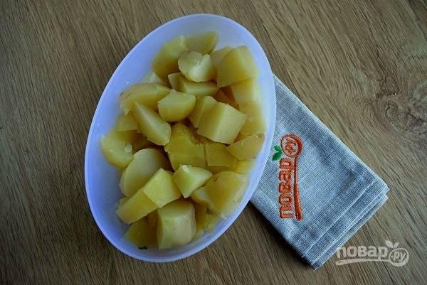 Картофель отварите в мундирах до готовности. Очистите, нарежьте на средние кусочки.
