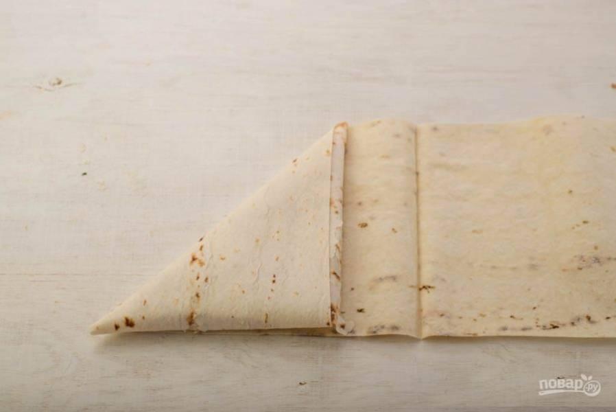 Аккуратно сверните конвертики и поджарьте на сухой сковороде.
