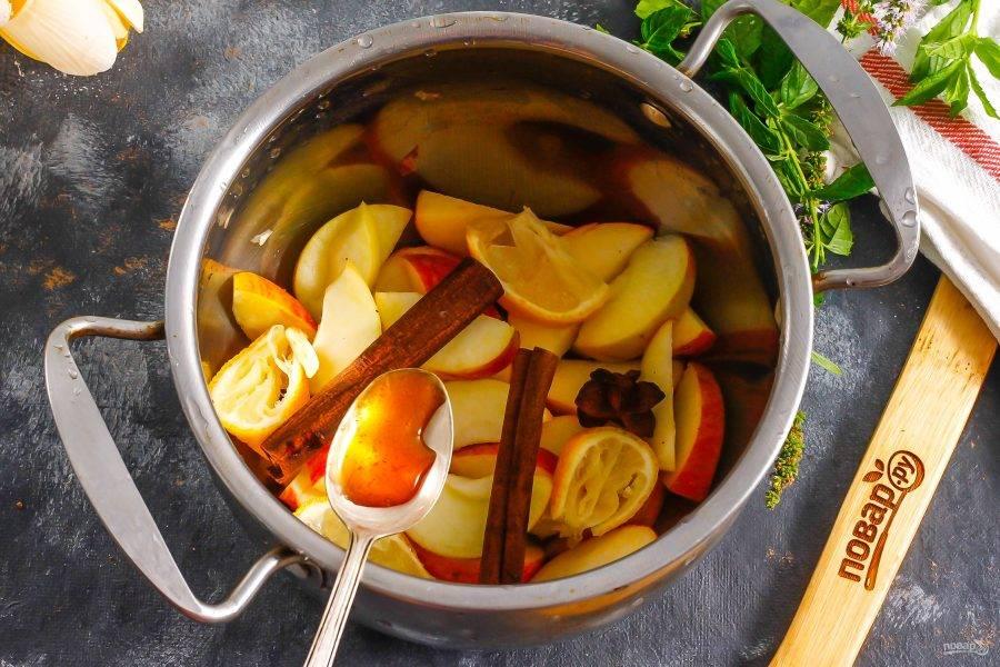 Яблоки разрежьте пополам и вырежьте из них семенные блоки. Промойте в воде и нарежьте ломтиками прямо в кастрюлю или ковш. Добавьте палочки корицы или молотую корицу, звездочки бадьяна и выложите мед. Если вы не любите греть такой сладкий продукт, то вмешивайте его в глинтвейн после остывания напитка. Добавьте нарезку четверти лимона.