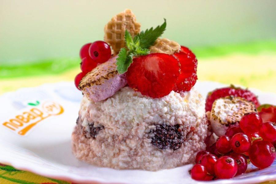 Переверните десерт на тарелку и украсьте! Приятного аппетита!