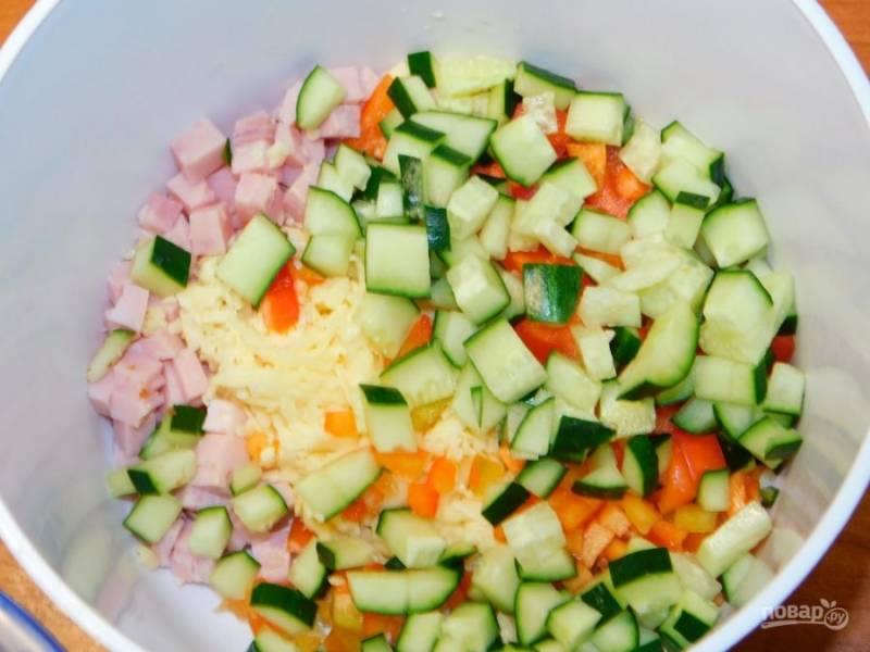 Добавьте огурец и мелко нарезанный лук. Заправьте салат майонезом.