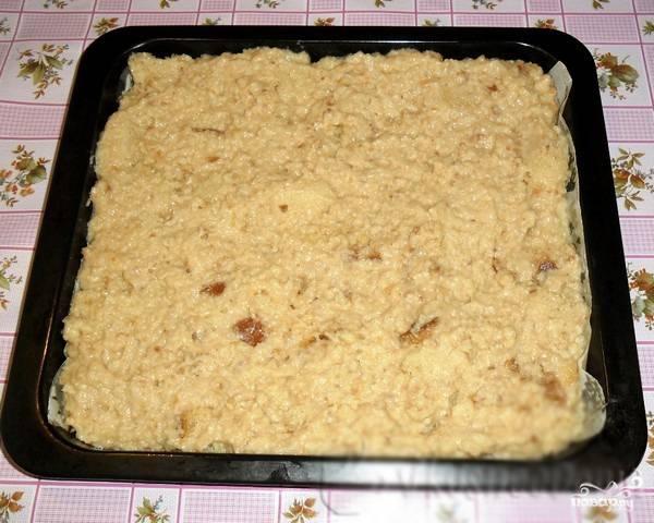 6. Форму для выпечки смазываем маслом или застилаем пергаментом, выкладываем полученную массу. Ставим в духовой шкаф при температуре 180-190 градусов и выпекаем час.