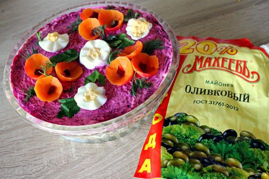 """Украсить салат """"цветочками"""" из яиц и моркови, зеленью."""