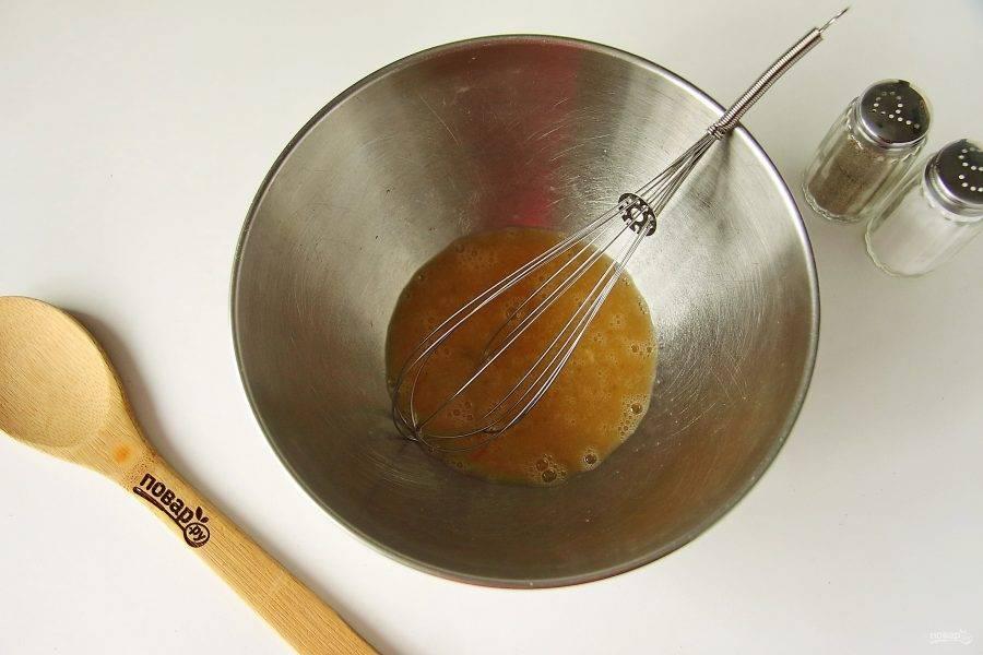 В глубокой миске взбейте яйцо с 0,5 ч.л. соли.