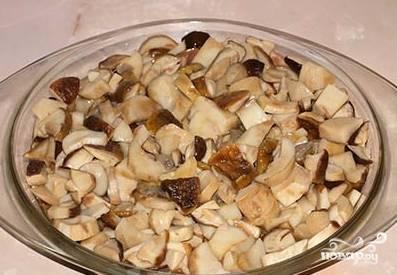 6. Предварительно отваренные белые грибы нарезаем также небольшими кусочками.