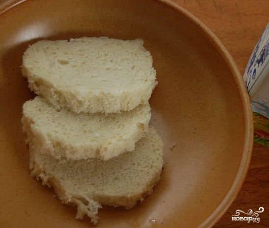 2. Замочите в молоке белый хлеб, предварительно срезав с него корочку. Подготовьте желтки, лук, измельченный в кашицу, мелко нарубленный чеснок. Мелко порежьте укроп (без стеблей). Соедините эти ингредиенты с рубленой треской. Добавьте мягкое сливочное масло. Перемешайте. Посолите. Поперчите (по вкусу). Вымесите фарш.