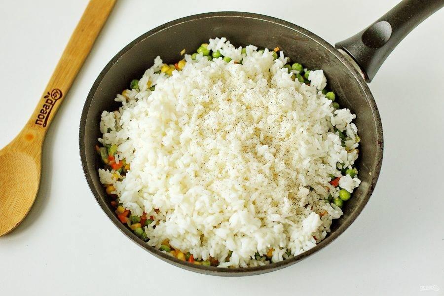 Добавьте рис, соль по вкусу и молотый перец.