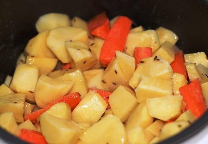 Добавьте к мясу специи и лук, перемешайте. Через несколько минут добавьте овощи, закройте крышку и готовьте в режиме выпечки 1,5 часа. При подаче готовое блюдо можно украсить свежей зеленью.