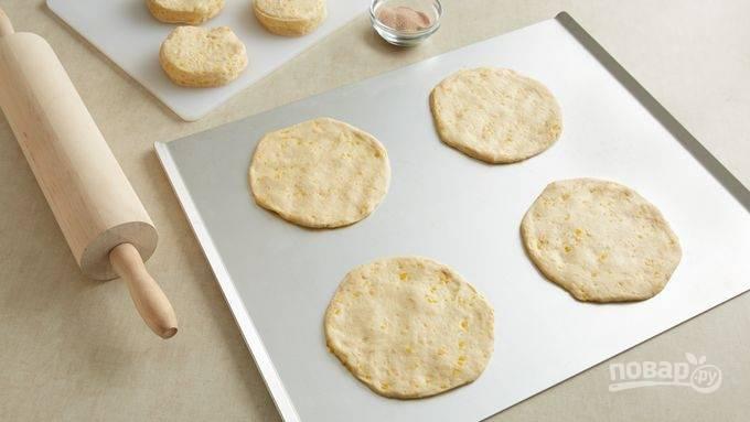 2.Слоеное тесто раскатайте тонко, затем вырежьте кружочки размером с блюдце.