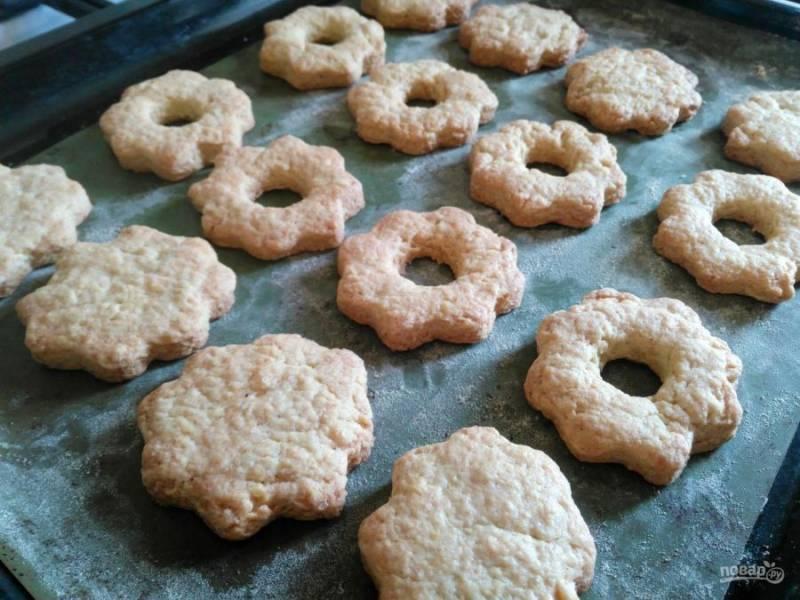 Выпекайте песочное печенье при температуре 180-190 градусов в течение 15-20 минут.