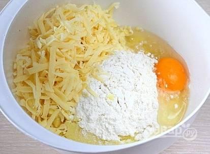 2. Добавляем сыр (натираем на средней терке), яйцо, муку, соль и специи по вкусу. Замешиваем так, чтобы масса получилась однородной.