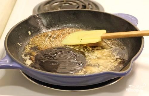 4. К подрумянившемуся чесноку добавить Мирин или другое сладкое белое вино. Хорошо перемешать и подержать на сковороде 2-3 минуты.