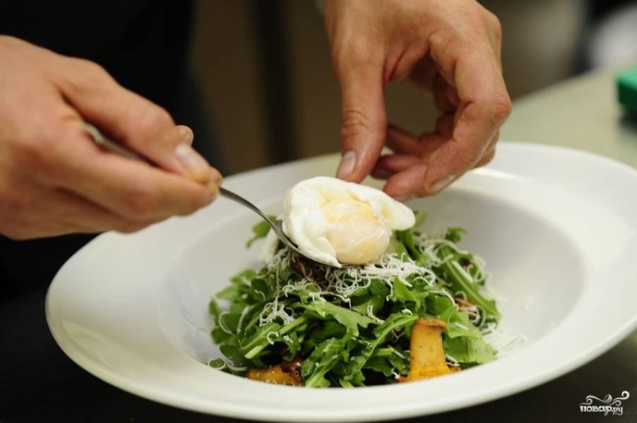 Выкладываем яйца-пашот, либо просто отваренное и почищенное яйцо, разрезанное пополам.