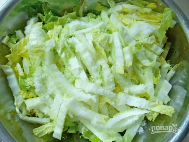 2.Перекладываю капусту в миску, белые грубые части выкладываю в самом верху и посыпаю солью.