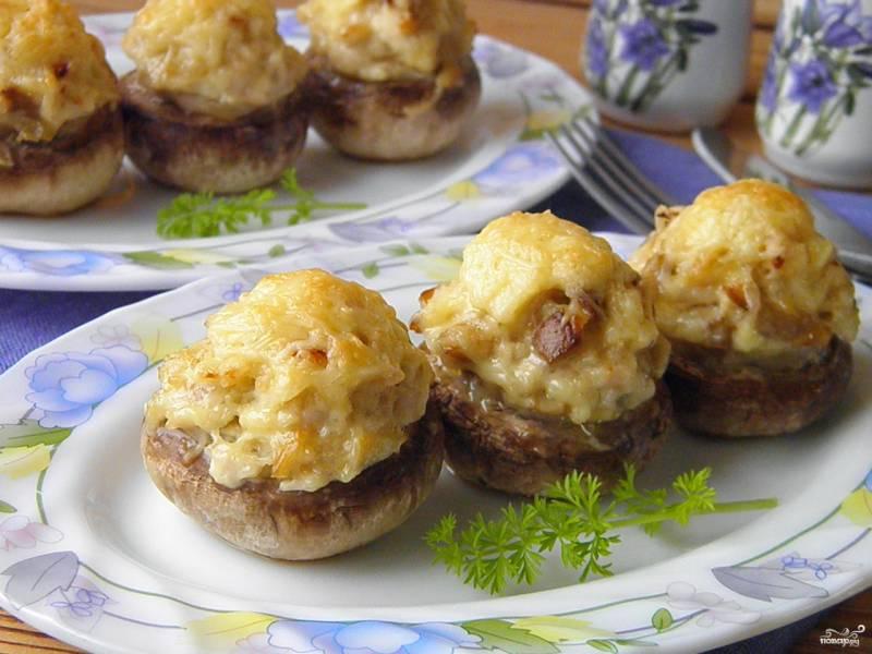 Фаршированные шампиньоны в духовке с сыром