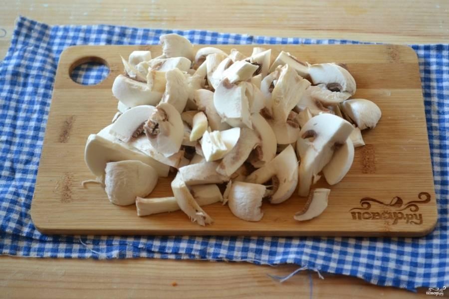 Шампиньоны измельчите. Размер кусочков выбирайте сами, мне нравятся среднего размера кусочки грибов. Отправьте шампиньоны к картофелю и варите 15 минут.