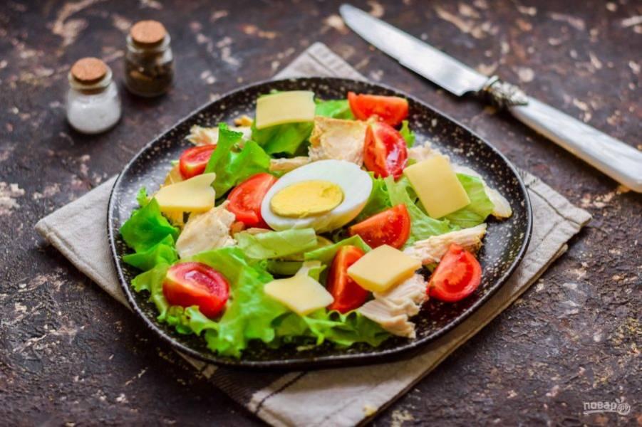 Добавьте в салат половину вареного яйца и нарезанный пластинами сыр.