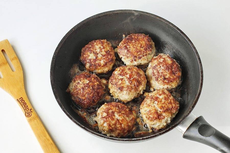 """Переложите """"колобки"""" на раскаленную с маслом сковороду и обжарьте на сильном огне с двух сторон до румяной корочки."""
