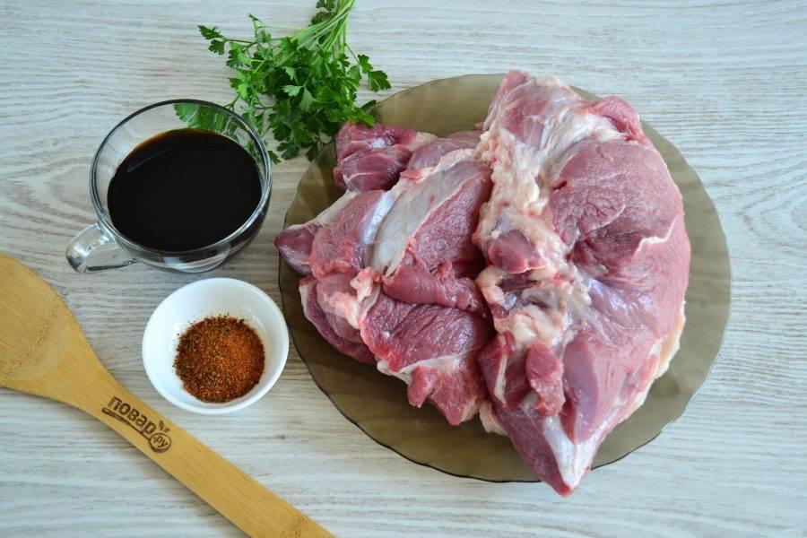 Подготовьте все необходимые ингредиенты. Обычно для шашлыка используют шейку, но у меня сегодня лопатка - с соевым соусом все очень вкусно!