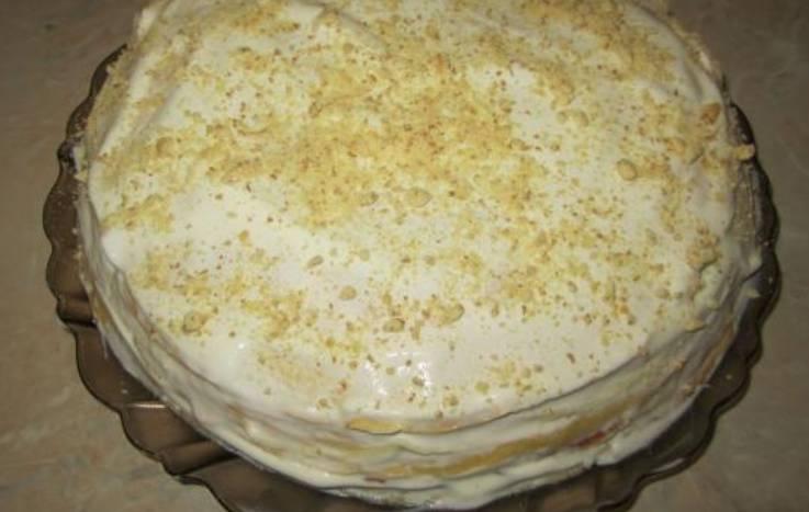 Посыпаем торт кокосовой стружкой, тертым шоколадом или крошкой печенья. Ставим в холодильник для пропитки на 1-2 часа.