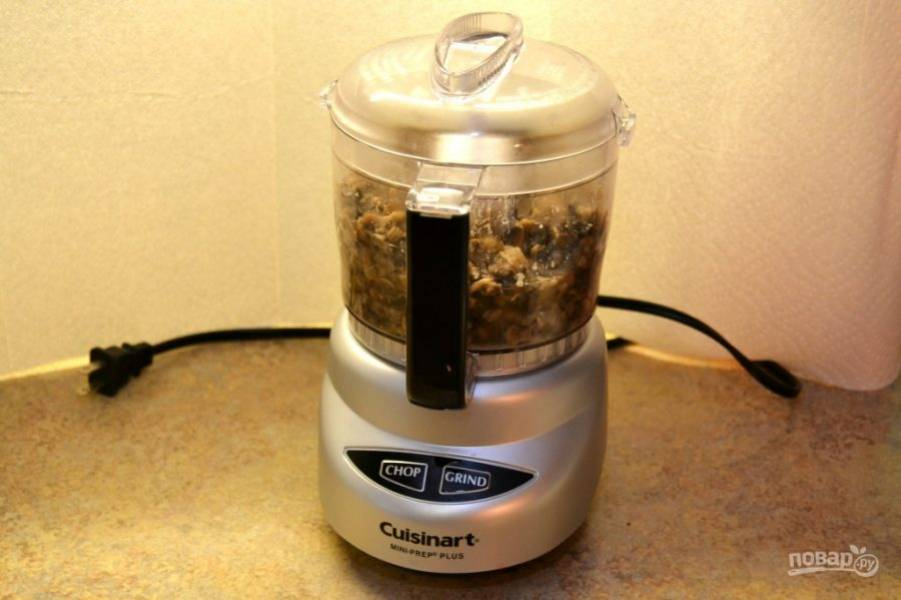 4.Выложите грибы в блендер и измельчите до состояния пюре, чтобы остались крупные кусочки.