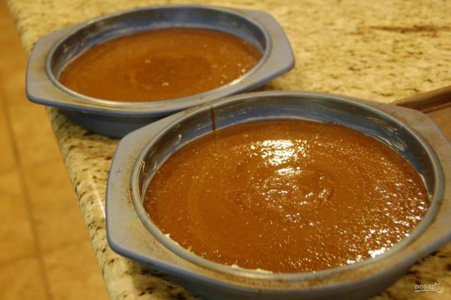 11.Подготовьте 2 круглые формы для выпекания: смажьте каждую маслом и разделите между ними тесто.