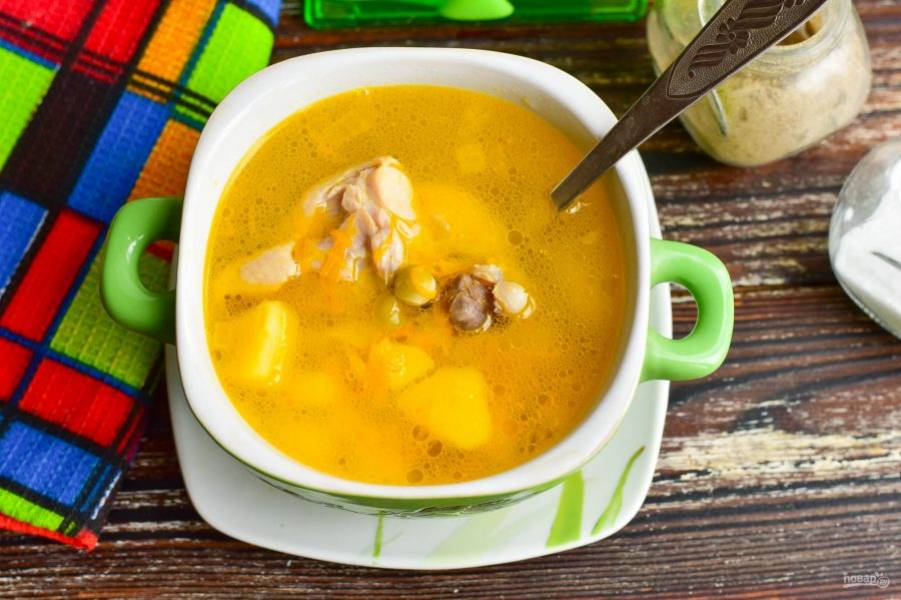Готовый суп разлейте в пиалы.