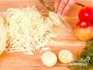 Капусту нашинковать соломкой, хорошо помять с солью.