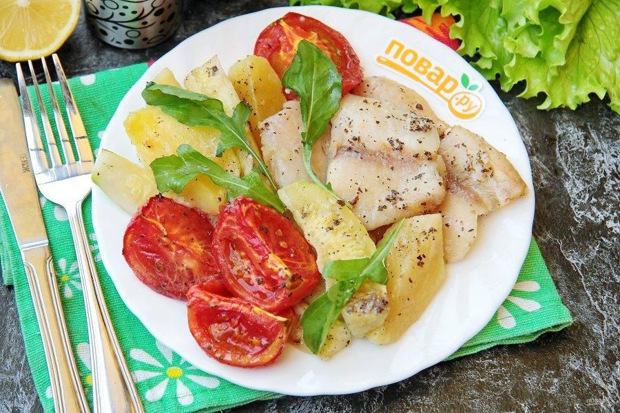 Рыба, запеченная с кабачками и картофелем готова. Подавайте блюдо порционно в горячем виде. Очень вкусно и ароматно! Приятного аппетита!