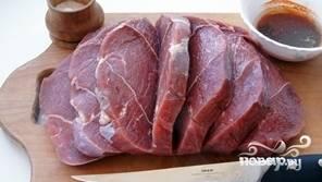 Порезать мясо гармошкой, не до конца. Натереть мясо маринадом из соуса соевого, масла и горчицы. Дать помариноваться пару часов.