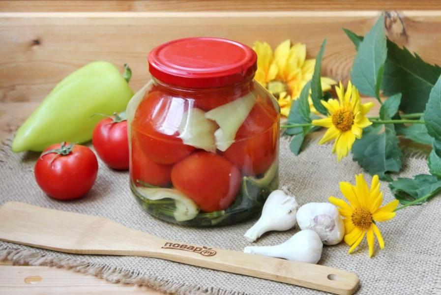 После того, как вы зальете помидоры с перцем в третий раз, закатайте банки крышками. Переверните верх дном и накройте пледом или одеялом. Держите так до полного остывания банок. Храните консервацию в прохладном месте.