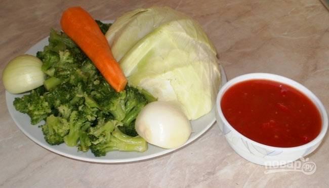 1.Подготовьте все необходимые овощи: очистите лук с морковью, вымойте капусту, разберите брокколи на соцветия.