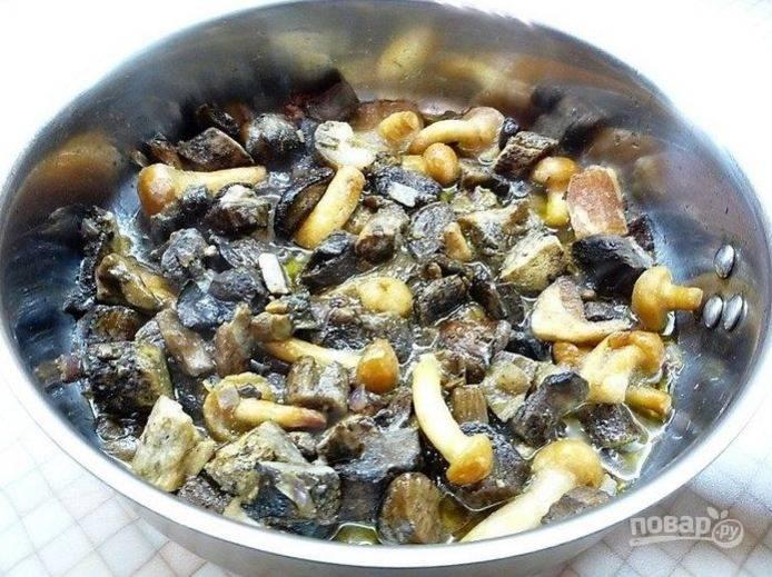 Грибы промойте и добавьте к луку. Перемешайте, посолите и поперчите по вкусу. Добавьте тимьян и мелко нарезанный чеснок, еще раз хорошо перемешайте и протушите на медленном огне 15-20 минут.