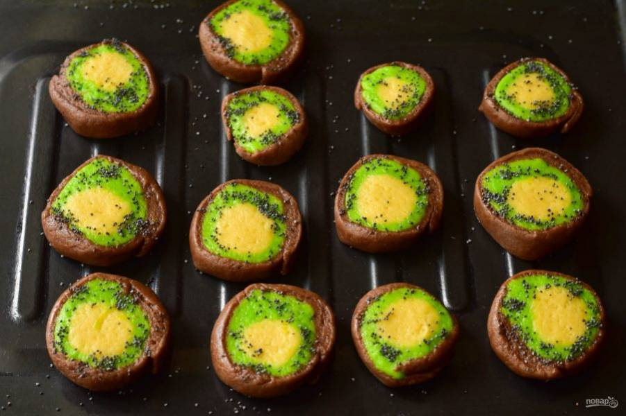 Выложите печенье на противень. Сверху посыпьте зеленую часть теста маком.