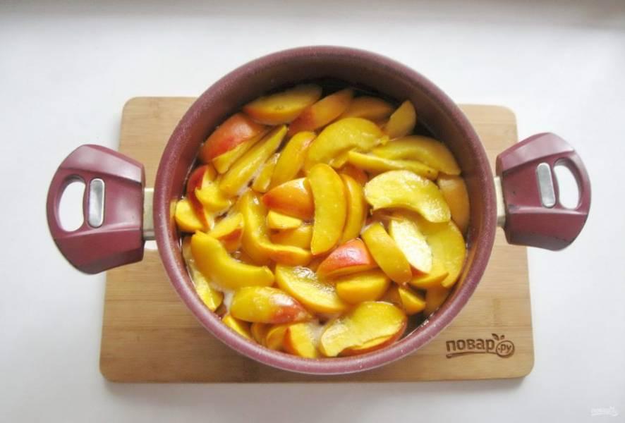 Доведите персики в сиропе до кипения, проварите 15-20 минут и выключайте. Дайте постоять 3-4 часа. Если есть пена, то снимите её. У меня почти не было.