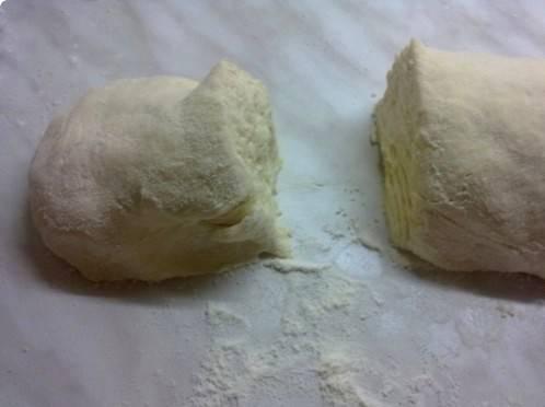 Формируем из теста колбаску и делим ее на 6 равных частей.