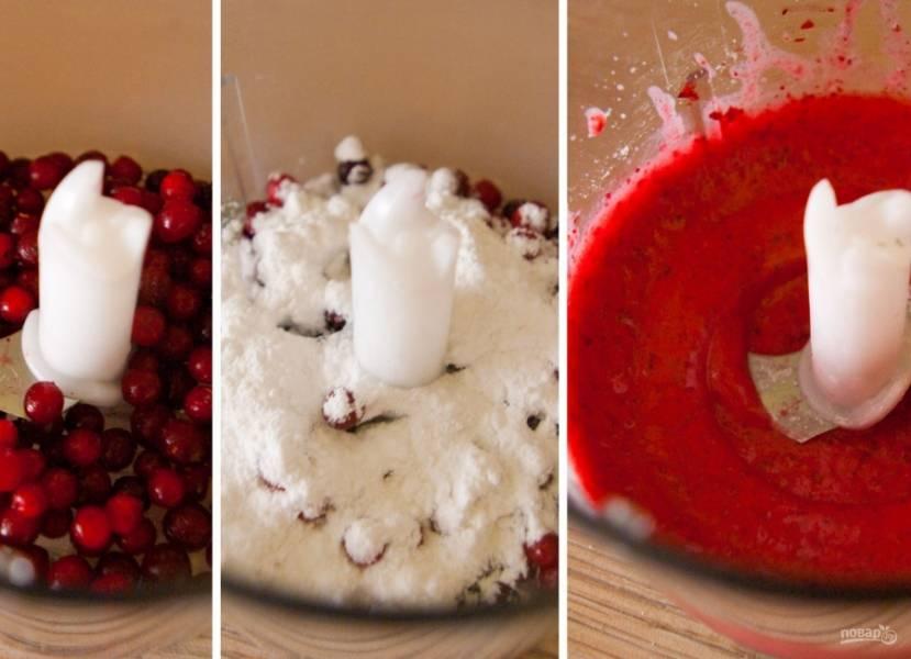 4. Отдельно взбиваем ягоды. У меня была клюква, я ее взбила в блендере с сахаром. Это будет десерт для мужа. А для себя я взяла клубнику и персик, не используя сахар.