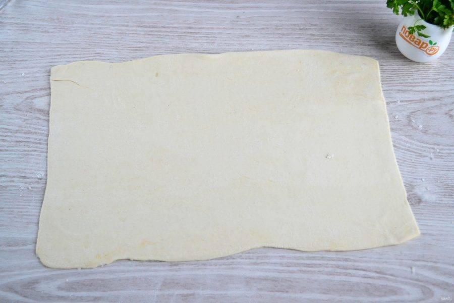 Пласт слоеного теста раскатайте как можно тоньше.