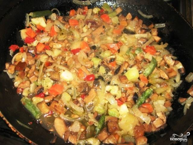 Обжариваем наши овощи и грибы на растительном или сливочном масле до испарения жидкости. Доводим до вкуса - солим и перчим. Можно добавить и другие специи.