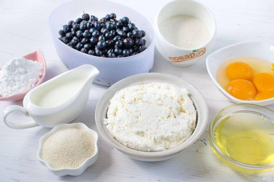 Подготовьте продукты для начинки и меренги. Смородину промойте под холодной водой, обсушите. Желтки отделите от белков.