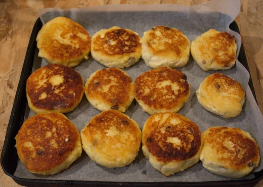 Уложите сырники на противень. Разогрейте духовку до 180 градусов. Запекайте сырники 10 минут в духовке. От этой процедуры сырники станут пышными, нежными и воздушными.