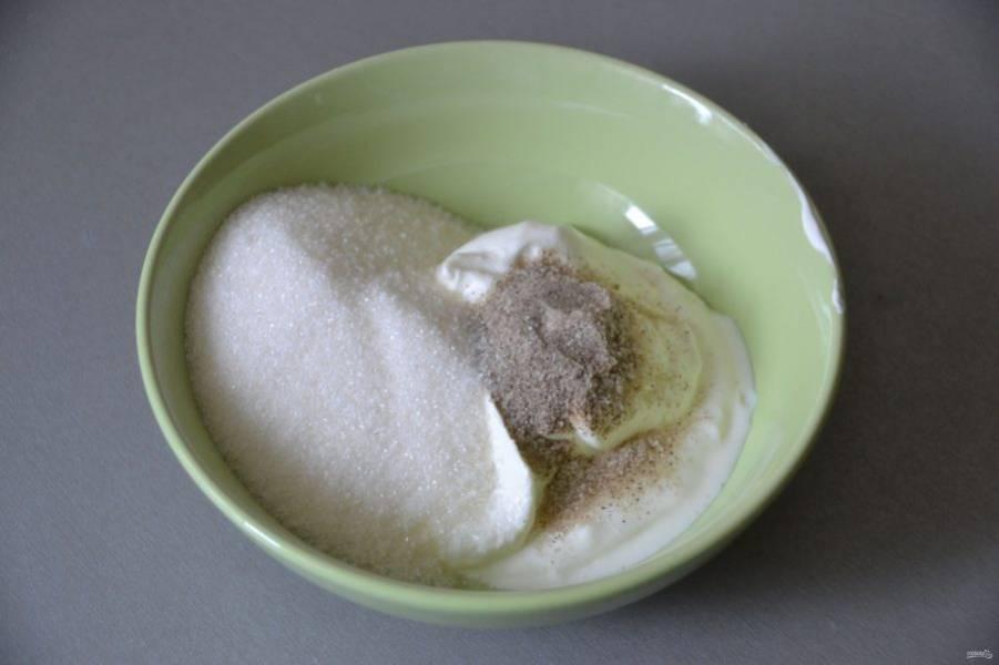 Подготовьте заливку-начинку, возьмите сметану любой жирности, добавьте в неё ванильный сахар и 120 грамм сахарного песка.