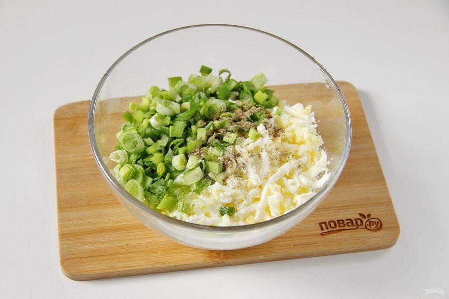 Для начинки вареные яйца очистите и натрите на крупной терке. Добавьте измельченный зеленый лук, соль и перец по вкусу.