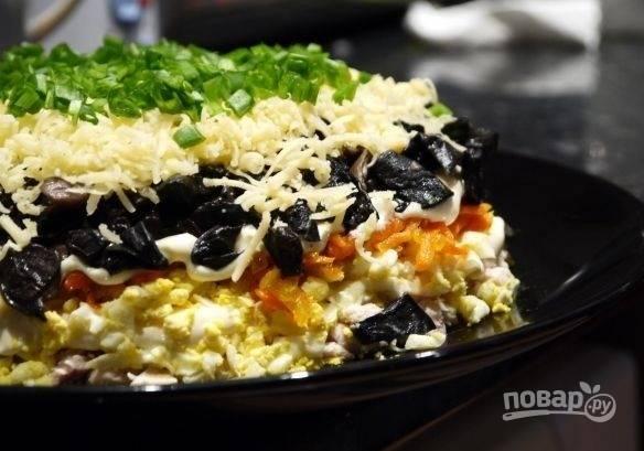 9. Перед подачей оставьте салатик минимум на час, чтобы он пропитался, и украсьте свежей зеленью.  Приятного аппетита!